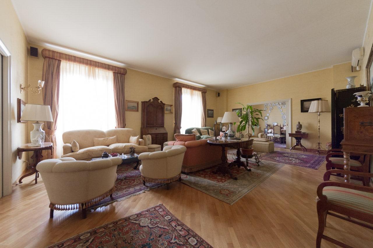 Attici di prestigio roma lussuoso con terrazzo ad for Roma vendesi appartamento centro storico